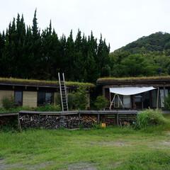 草屋根/版築土壁/焼杉板張/梯子/片流れ屋根/自然素材/... 版築の陶芸工房の梯子から草屋根に登ります…