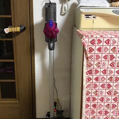 リビングに自然に馴染んでいます。/キッチン壁紙/掃除機収納