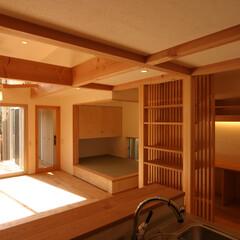 自然素材/変形敷地/ローコスト/光/風/スキップフロア/... 対面式キッチンから、デッキ、畳スペース、…