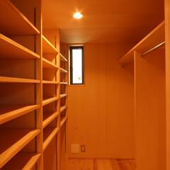 自然素材/狭小/変形敷地/ローコスト/光/風/... 寝室からつながる、広いウォークインクロゼ…