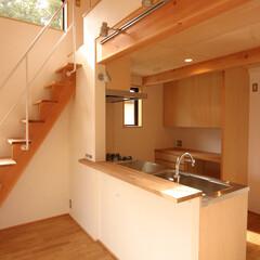 自然素材/狭小/変形敷地/ローコスト/光/風/... キッチン、ロフト方向を見る。 吹抜の窓か…