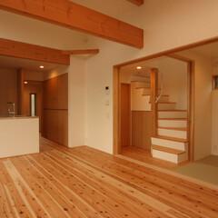 狭小住宅/自然素材/スキップフロア/対面キッチン/畳スペース/フレキシブル 小平学園東の家 1階リビングからキッチン…