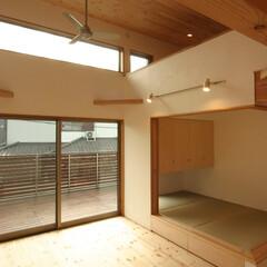 狭小住宅/自然素材/畳スペース/収納/バルコニー/ロフト/... 浦和の家 キッチン方向からリビング、畳ス…