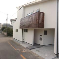 狭小住宅/自然素材/外観/アプローチ/洗い出し/サービスバルコニー/... 浦和の家 外観 アプローチ部分は洗い出し…