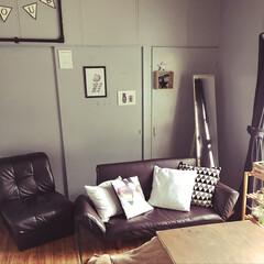 モノトーン/ソファ/壁DIY/ダイソーのクッションカバー/ニトリのクッションカバー/ブルーグレーのペンキ/... リビング壁をブルーグレーのペンキで塗り替…
