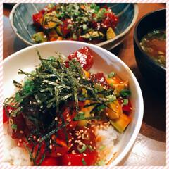 しじみの味噌汁/ユッケ風マグロとアボカドのサラダ🥑/おうちごはん 今日の夕飯です❣️ ユッケ風!マグロとア…