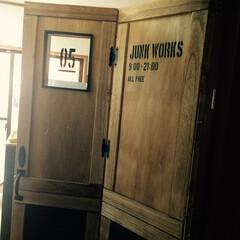 扉DIY/ステンシル/黒×茶/JUNKWORKS 玄関から丸見えになるキッチン入り口に扉を…