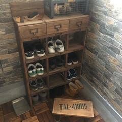 靴箱/DIY/レトロ/子どもの靴収納/靴の収納 我が家の息子の靴収納です。DIYでレトロ…(1枚目)