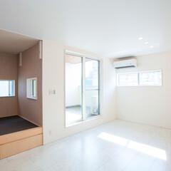 リビング/木造新築/和室スペース 白を基調としたリビング、黒調の和室スペー…