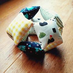 おもちゃ/にぎにぎ/ベビーグッズ/赤ちゃん/手縫い/ハンドメイド にぎにぎ布ボール☆ 小さい四角いクッショ…