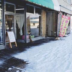 雪かき/雪国/雪/ひらた家具店/冬 今朝のひらた家具店の玄関前。 昨夜に雪が…