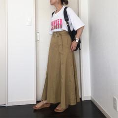 カジュアル/ママコーデ/ロゴTシャツ/チノスカート/ファッション チノスカートを使ったカジュアルコーディネ…