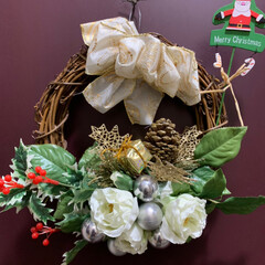 クリスマスリース/玄関ドア/クリスマス/ハンドメイド/雑貨/100均/... 玄関のドアもリース飾りつけ😊 クリスマス…