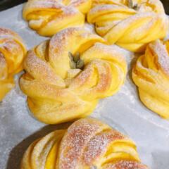 おうちパン/手作りパン/かぼちゃパン かぼちゃパン🎃かぼちゃ餡と、生地にもかぼ…