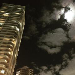 建築 月夜の雲が綺麗