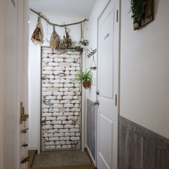DIY/玄関/ウッドパネル/ハッティー/友安製作所/シック/... 廊下から玄関にかけて腰壁を貼りました。 …