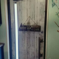 玄関ドア/100均/セリア セリアのリメイクシートで玄関ドアをリメイ…