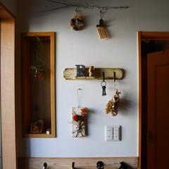 ナチュラルインテリア/玄関/雑貨/壁掛けプレート/木工/DIY 玄関のドアのすぐ横のスペースはナチュラル…(1枚目)