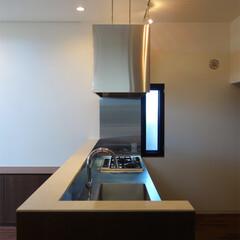キッチン/手元隠し/カウンター/換気扇/フード 玄関の先にはキッチンがあります。 対面式…