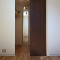 WIC/ウォークインクローゼット/シンプル/姿見/新築/注文住宅 天井一杯までの縦長の引き戸を開けると、中…