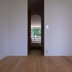 書斎/オフィス/廊下/視線/動線/マンション/... 裏動線の開口部を揃え、仕事部屋からウォー…