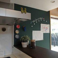OMソーラー/自然素材/木造/3階建て/表し/エコ/... ダイニング横に設けたマグネット+黒板塗装…