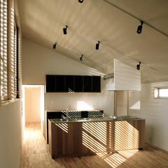 アイランドキッチン/左官/木製ルーバー アイランドスタイルのシンプルなキッチンで…