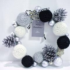 クリスマス/クリスマスリース/ハンドメイド/100均/モノトーン/モノトーンインテリア/... 毛糸に土台は紙皿と針金、オーナメント、シ…