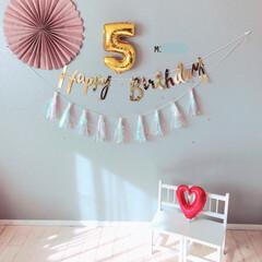 ガーランド/バースデーフォト/お家フォト/女の子ママ/5歳/お誕生日飾り/... 明日が長女5歳のお誕生日です🎂 ・ 記念…