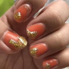 ゴールド/オレンジ /ネイル/セルフジェルネイル/セルフネイル/ネコ好き/... マットオレンジに、ゴールドフレーク かな…