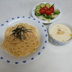 おうちご飯 今日の夕飯は、明太子パスタ、サラダ、コー…