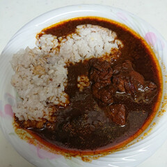 おうちご飯 今日の夕飯は雑穀米でお持ち帰りカレー😋