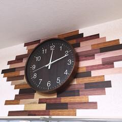 掛け時計/ウォールラインステッカー/ニトリ/セリア/掛時計 ニトリの掛け時計の背景に、セリアのウォー…
