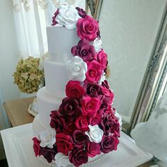 ウェディングパーティー/ウェディング/ウェディングブーケ/ウェルカムスペース/ウェルカムボード/リングピロー/... 薔薇いっぱいのクレイケーキです。すべての…