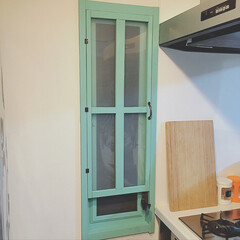 二重窓 DIY セリア 中古住宅 ... 以前セリアのスモーキーグリーンで塗った窓…(1枚目)