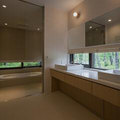 洗面所/浴室/スリット窓/タイル貼り 景色を採りこむように設けた浴室と洗面室