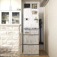 ホワイトキッチン/リメイクシート/リメイク/冷蔵庫リメイク/100均/セリア/... シルバーの10年物の冷蔵庫をホワイトウッ…