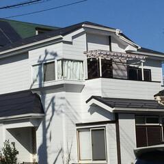 屋根ガルバ/屋根工事/屋根リフォーム/屋根外壁工事/屋根外壁リフォーム/ソーラー撤去 奥様あこがれの白い壁に大変身!  屋根:…