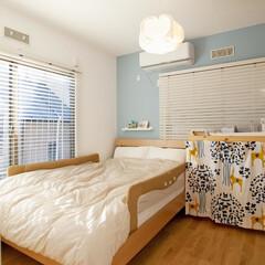 寝室/収納 寝室の壁は一面のみ明るいブルーで爽やかな…