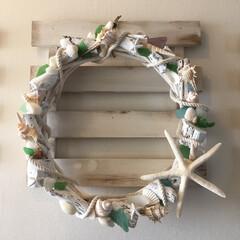 リース/夏/シーグラス/100均/手作り 玄関に飾る夏用リース作りました。 材料は…