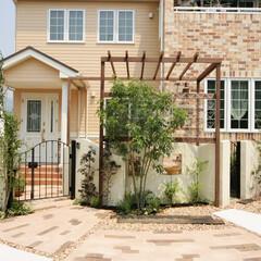 ESTINA/エスティナ/ガーデン/外構/エクステイリア/庭/... レンガの色が綺麗な輸入住宅を囲むようにつ…