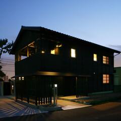 照明/黒 窓のあかりが灯っている家は、あたたかい感…