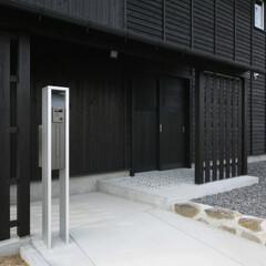 板張り/黒/杉板 玄関アプローチは、既存の石積みをできるだ…