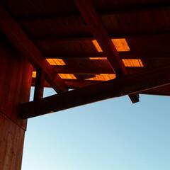 杉板/深い軒/パッシブデザイン 南側テラスの深い軒は、冬には陽だまりをつ…
