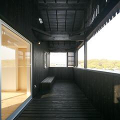 眺め/黒/テラス 黒い杉板で仕上げられたテラスからは、鎮守…