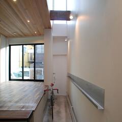 不動産・住宅/一戸建て/デザイン 建築家/デザイナー スキップフロア構成の住宅です。 中央吹き…