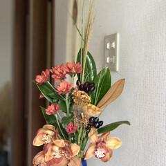 花のある暮らし/秋色/インテリア/ススキ/ケイトウ/シンビジウム/... お花生け替え…とにかく秋です😊 お店で確…(2枚目)