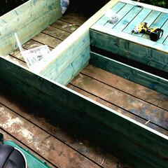 インテリア/ウッドデッキ/エクステリア/棚/DIY 家の横に置く万能棚制作中 茶色とブルー悩…