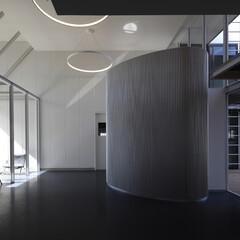 ARCHITECTURE/factory/SEW/生産施設/工場 エントランスホールです。事務部門と生産部…