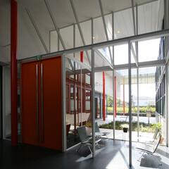 ARCHITECTURE/factory/SEW/生産施設/工場 エントランスホールからアプローチの方を見…